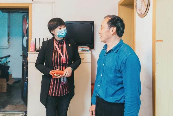 *山水党支部书记宋秀玲与家属交谈中