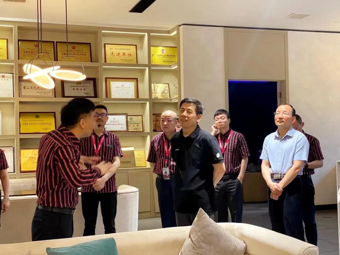 山水董事长宋春红向来访领导讲述山水成果